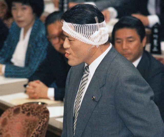 参院予算委員会で質問するスポーツ平和党のアントニオ猪木氏=1989年10月