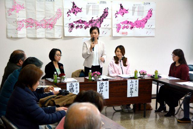 女性の政治進出を考えるシンポジウムでは、鹿児島県垂水市議選の立候補予定者が紹介された=2019年2月3日、鹿児島県垂水市、野崎智也撮影
