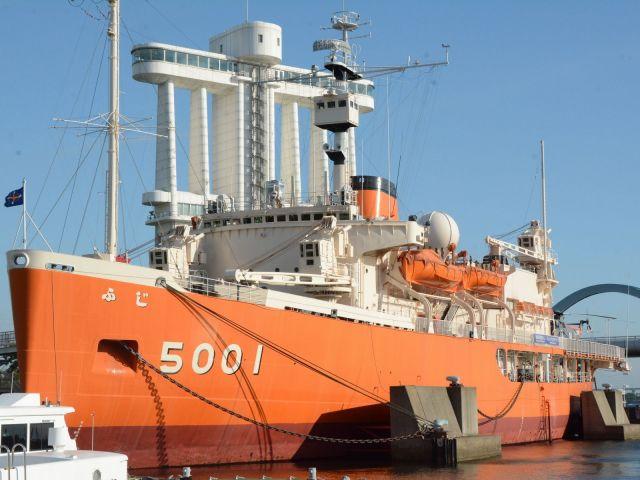 南極観測船として1983年まで使われた海自の砕氷艦ふじ。退役後は名古屋港に落ち着き、博物館になっている=2017年、名古屋市
