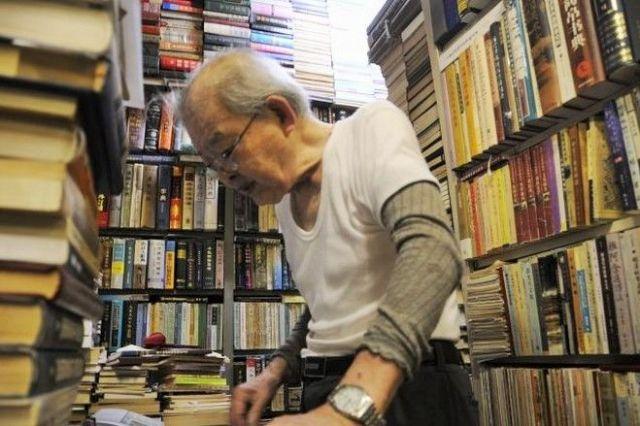 東豊書店店主の簡木桂さん。机にはレジもなく、買った本はそろばんで計算されていました。この日は「僕なんて撮ってどうするの?本買わないなら帰りなさい」と、撮影にはなかなか応じてもらえず、仕事中の姿を撮らせてもらうのが精いっぱいでした(後日、ご本人に掲載の承諾を頂いています)=今村優莉撮影