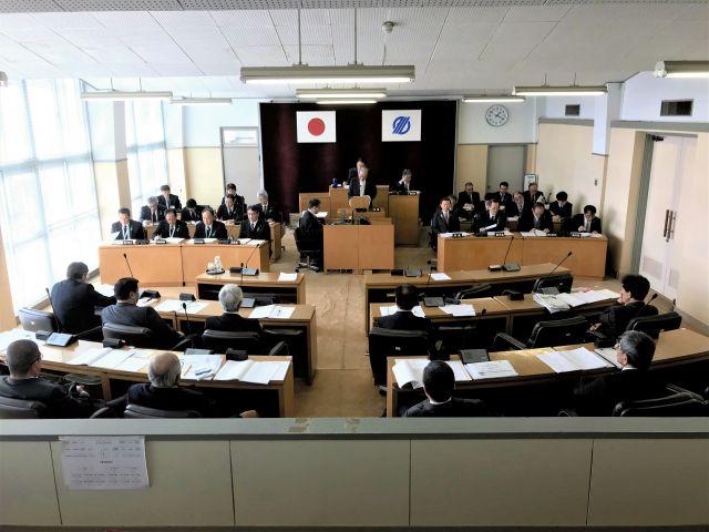 議員側(手前側)、市役所側ともに女性が一人もいなかった市議会本会議場=2019年2月26日、鹿児島県垂水市、野崎智也撮影