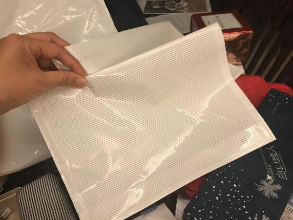 免税品を買ったら袋の中から出てきた「お土産用でございます袋」=鈴木暁子撮影