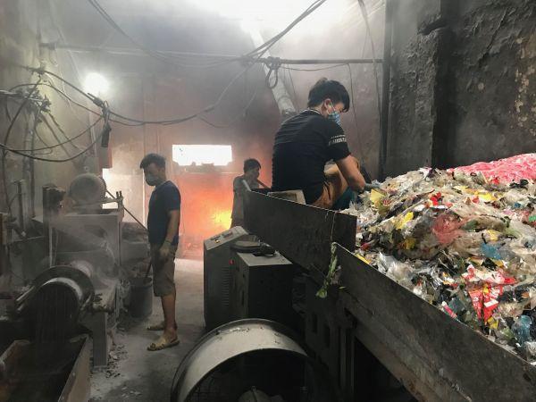 プラスチックの再生作業場の様子=鈴木暁子撮影