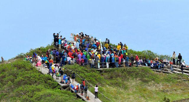 大山の弥山(みせん)山頂では、大勢の登山者が参加し、夏山開きの神事が行われていた=2019年6月2日、鳥取県大山町、朝日新聞社ヘリから、小川智撮影