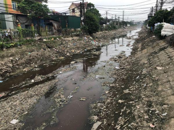 「プラスチック村」を流れる、汚れた川=鈴木暁子撮影