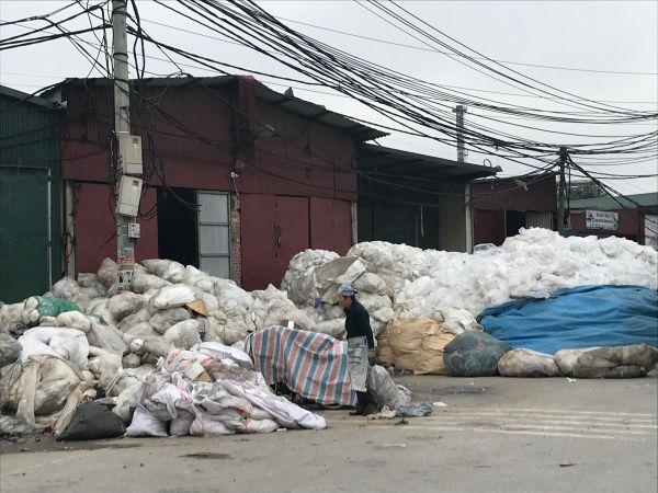 プラスチックが路上にあふれ出たプラスチック村=鈴木暁子撮影