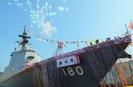 命名式で艦名が披露されたイージス護衛艦はぐろ。続く進水式で花火が上がった=7月17日、横浜港