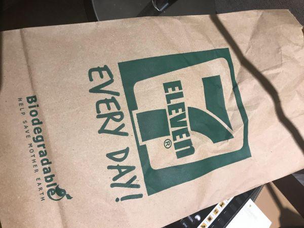 フィリピンのマニラではセブンイレブンでの買い物も紙袋に入って出てくる=鈴木暁子撮影