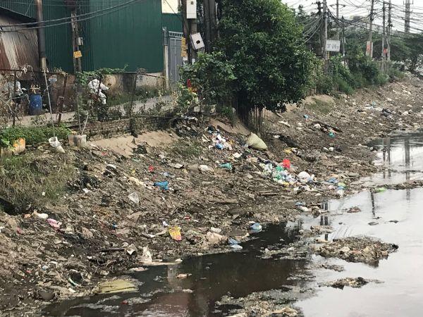 「プラスチック村」の川は、プラスチックの破片や袋のごみで汚れていた=鈴木暁子撮影