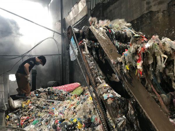ごみの中から集めたプラスチックを再生する作業場=鈴木暁子撮影