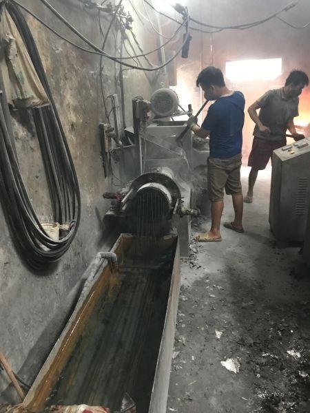プラスチックの再生をする作業場で、ところてん状になって冷やされるプラスチック=鈴木暁子撮影