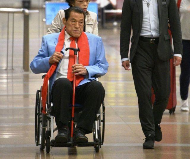 北朝鮮から北京に到着し、車いすに乗って空港から出てきたアントニオ猪木氏=2018年9月、延与光貞撮影