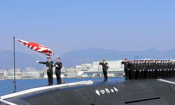 潜水艦ずいりゅう。テレビ番組「ザ!鉄腕!DASH!!」のカレー企画でTOKIOのメンバーが入ったことも=2013年3月、兵庫県の神戸港