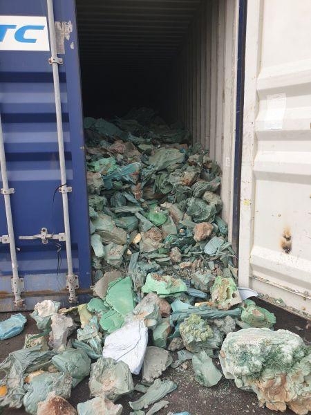 ベトナム北部ハイフォンの港に置き去りにされたプラスチックごみなどの入ったコンテナ=鈴木暁子撮影