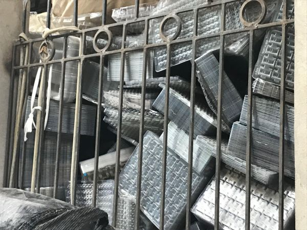「プラスチック村」には電子部品用のケースだけを山積みにした作業場も=鈴木暁子撮影