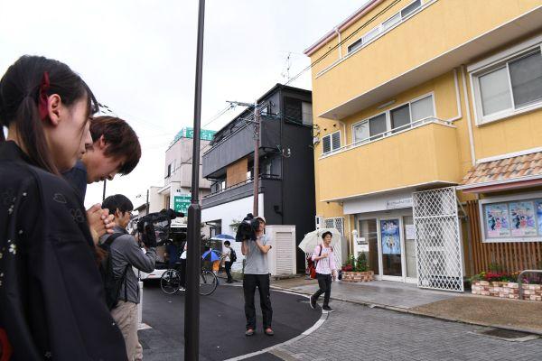 京都アニメーション本社前では、ファンが手を合わせ祈っていた=2019年7月19日、京都府宇治市、小林一茂撮影