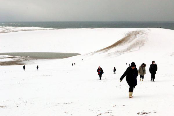 雪が積もった鳥取砂丘=2017年12月12日、鳥取市