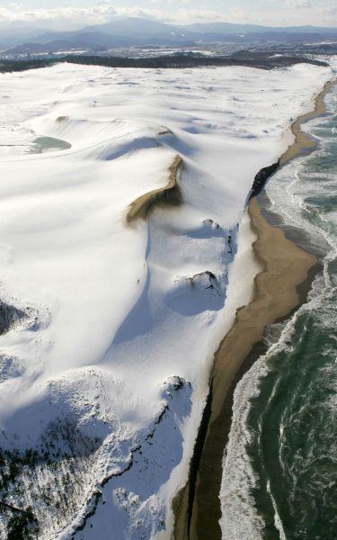 雪景色になった鳥取砂丘=2005年12月14日、鳥取市で、朝日新聞ヘリから