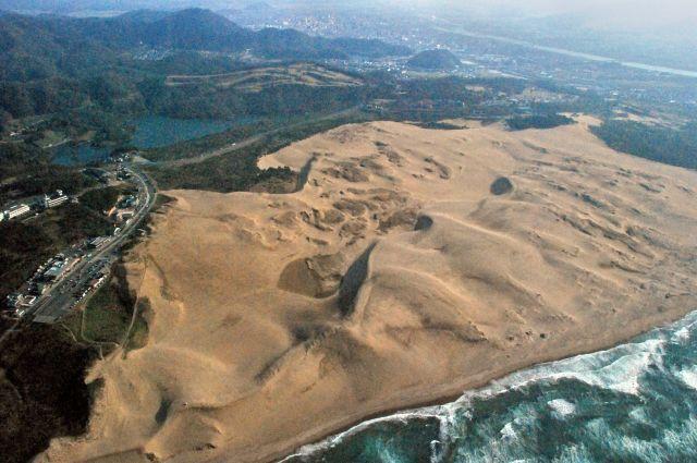 空から見た鳥取砂丘=朝日新聞社ヘリから