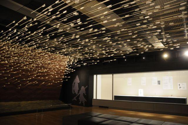 「赤壁の戦い」などの水上戦をイメージした、矢が宙を飛ぶ部屋=今村優莉撮影