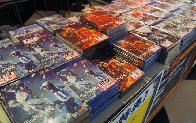ファンは稽古場や舞台裏も収録したDVDを購入する=7月11日、東京都文京区