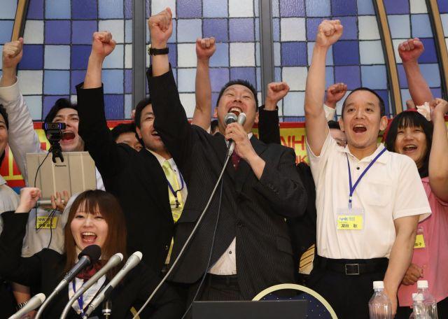 参院選比例区で当選を決め、「NHKをぶっ壊す」と叫ぶNHKから国民を守る党の立花孝志代表(中央)=7月22日午前4時13分、東京都港区
