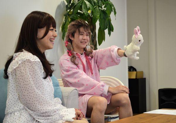 ウサギのぬいぐるみを手にし、おどけるよききさん(右)。実は、pippiさんの私物。