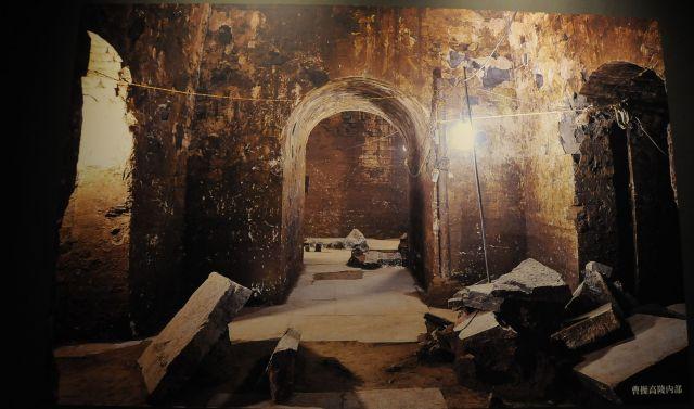 発掘時の曹操高陵内部の写真も。曹操の墓は、何度も盗掘に遭っているので、当初の姿を完全に知ることは出来ないという=今村優莉撮影