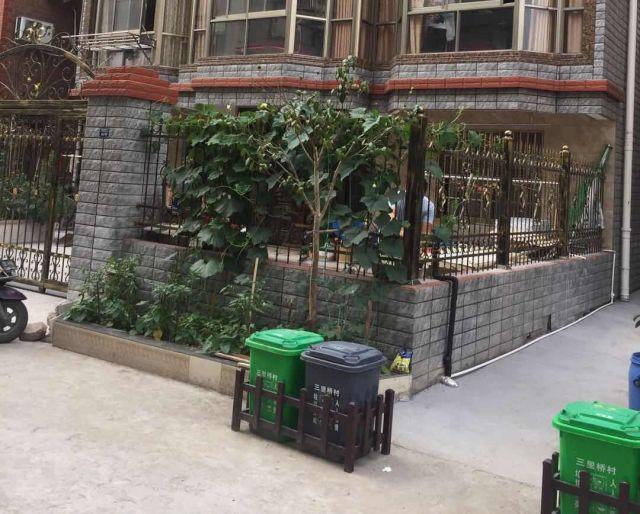 豪邸の前に設置されている「燃やすゴミ」と「燃やさないゴミ」のゴミ箱