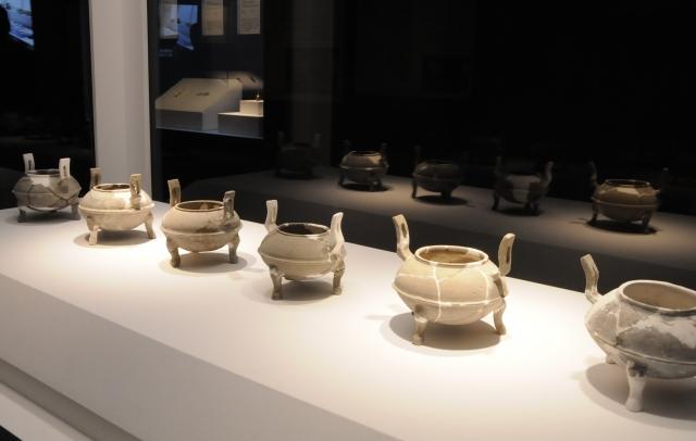 曹操高陵から出土した「鼎(土製。後漢~三国時代<魏>・3世紀 河南省文物考古研究院蔵)」。中国以外で披露されるのは初めてだ=今村優莉