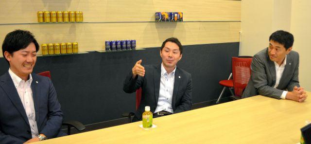 座談会で、育休の体験を話す川合さん(中央)