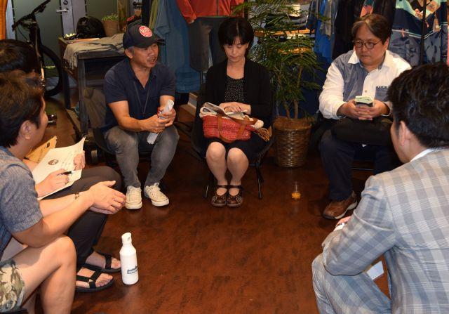 パタゴニアの東京・大崎店で開かれた「選挙カフェ」の様子。真剣な話し合いが続いた=都内