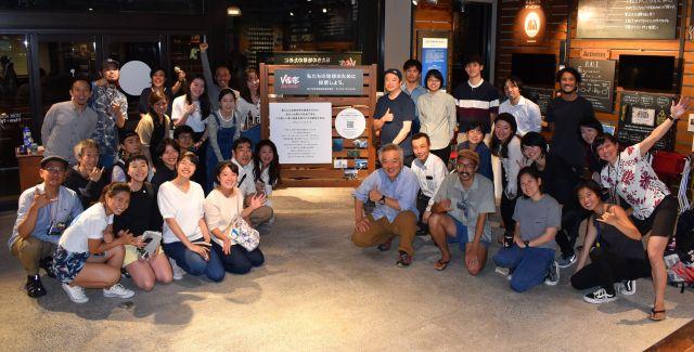 横浜・関内店での「選挙カフェ」終了後、記念撮影におさまる参加者たち=横浜市中区