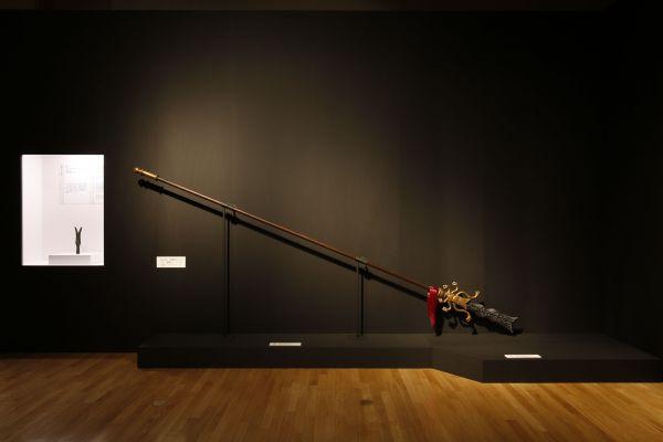 ゲーム「真・三国無双」に登場する張飛の蛇矛(じゃぼう)の模型(右)と雲南省で発見された前2世紀の蛇矛=山本倫子撮影。三国志演義で記された「一丈八尺(約4m)」を実寸大で再現している