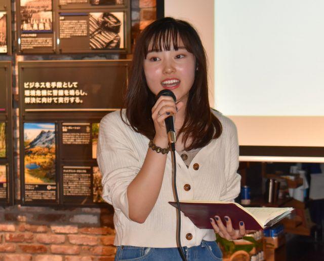 「選挙カフェ」に参加し、グループ代表として報告する深沢さん=横浜市中区