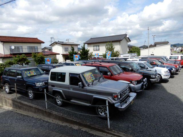 福島市内の中古車店「四駆工房」。常時40台前後の本格RVをそろえる。積雪シーズンを控えた秋口に在庫が動くという