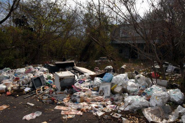 劇場前には大量のゴミが不法投棄され、悪臭を放っていた
