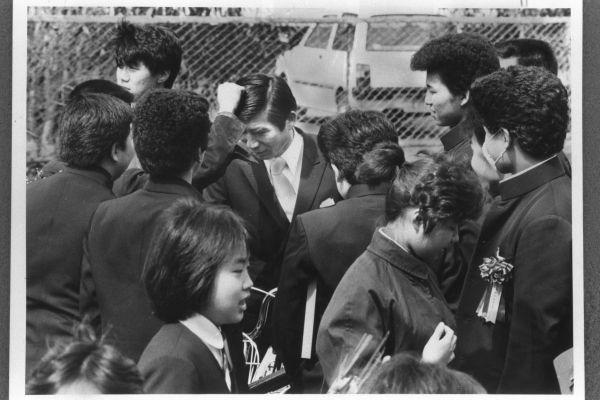 「荒れる中学校」の典型だった千葉市の中学校の卒業式=1984年