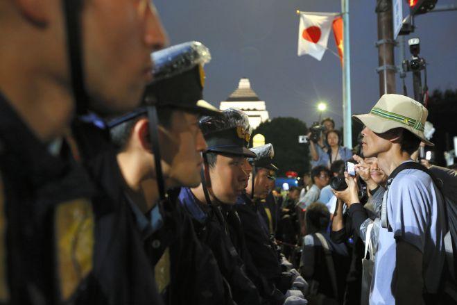 安保関連法案の抗議集会では警察が横断歩道を鉄柵でふさぎ、参加者との間でにらみ合いが起きた=2015年9月18日、国会前、関田航撮影
