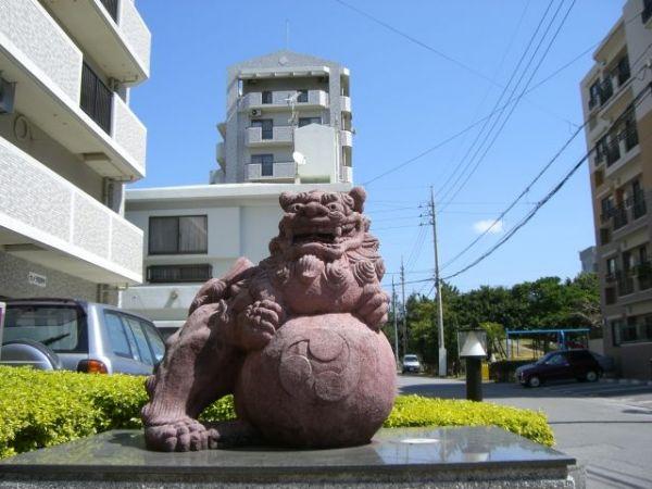 沖縄では1980年の展開当初から、ライオン像の代わりに「シーサー像」が設置されています