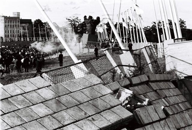 1964年10月1日、新潟地震の後も生々しい新潟県営陸上競技場に着いた聖火