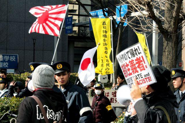 「竹島奪還」を掲げて行われた名古屋市でのデモ。「朝鮮人をたたき出せ」などの差別発言が飛び、多くの市民が抗議した=2016年2月21日、名古屋市中村区