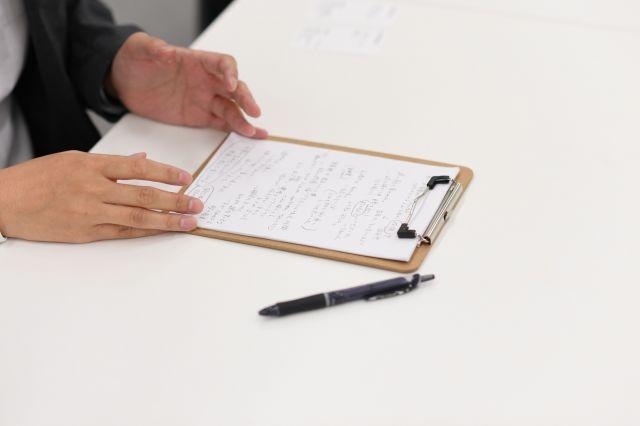 押見修造さんはインタビューのため、思春期を振り返ったメモを持参した=2019年7月10日、東京都文京区、伊藤進之介撮影