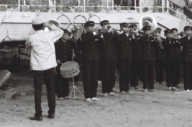 聖火台の前に整列する学生