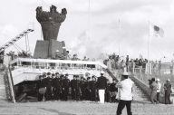 1964年10月1日、新潟県営陸上競技場に着いた聖火から、縄文式土器をかたどった聖火台に点火された