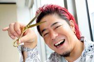 仕事道具のはさみを手に、笑顔がはじける美容室「OCEAN TOKYO」代表の高木琢也さん=2019年7月5日、東京都中央区、林敏行撮影