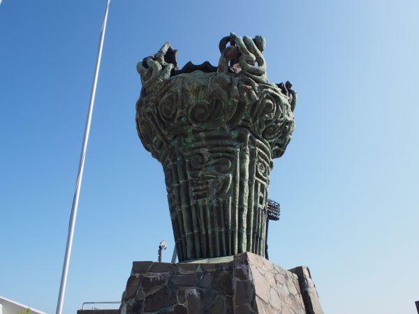 新潟市陸上競技場の「火焰(かえん)型土器」を模して造られた聖火台