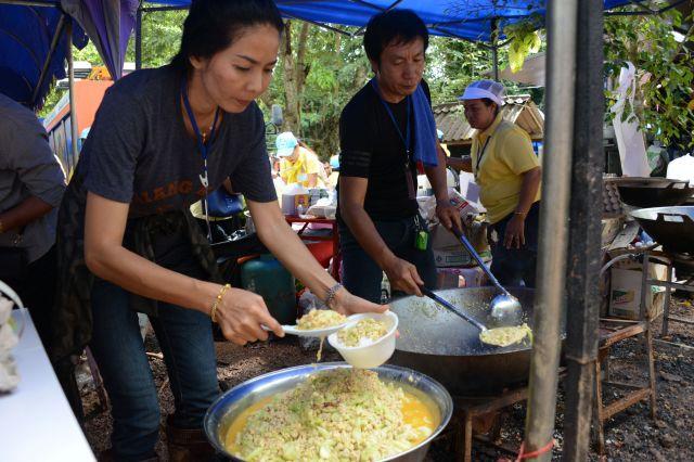 救出作戦時には、救助チームや少年の親たち、集まったメディア向けに屋台で炊き出しがまかなわれた=2018年7月、タイ北部メーサイ