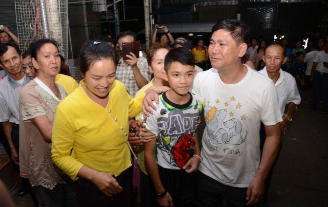 無事帰宅した少年を、家族が迎えた=2018年7月、タイ北部メーサイ
