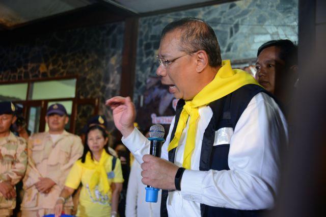 毎日、会見を開いたチェンライ県の知事。「救出作戦のリーダー」として国民的な人気者になった=2018年7月、タイ北部メーサイ